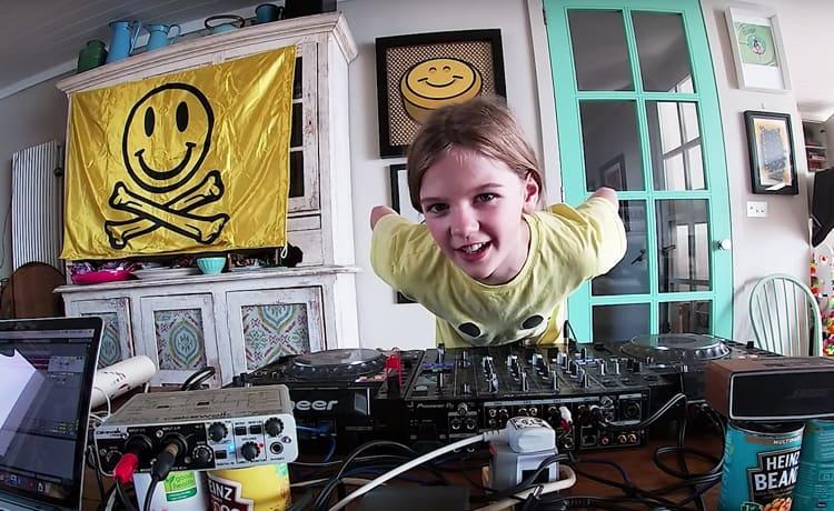 La hija de Fatboy con 10 años hacer un set de DJ presentándose como 'Fat Girl Slim'.